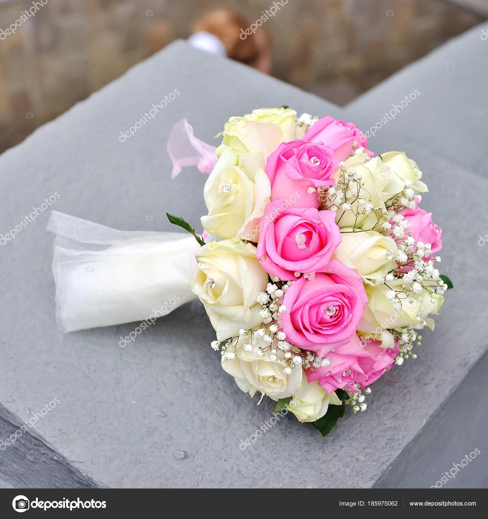Zwei Goldene Hochzeit Ringe Auf Den Blumen Stockfoto C Alena0509
