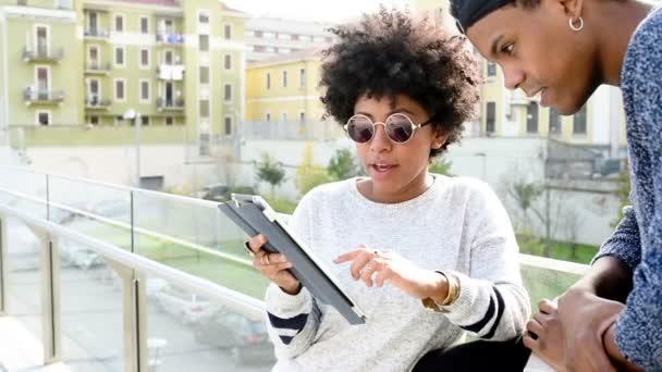 pár v městě pomocí tabletu