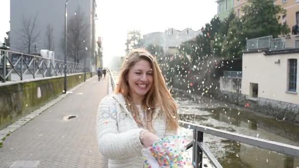 nő dobott karnevál konfetti