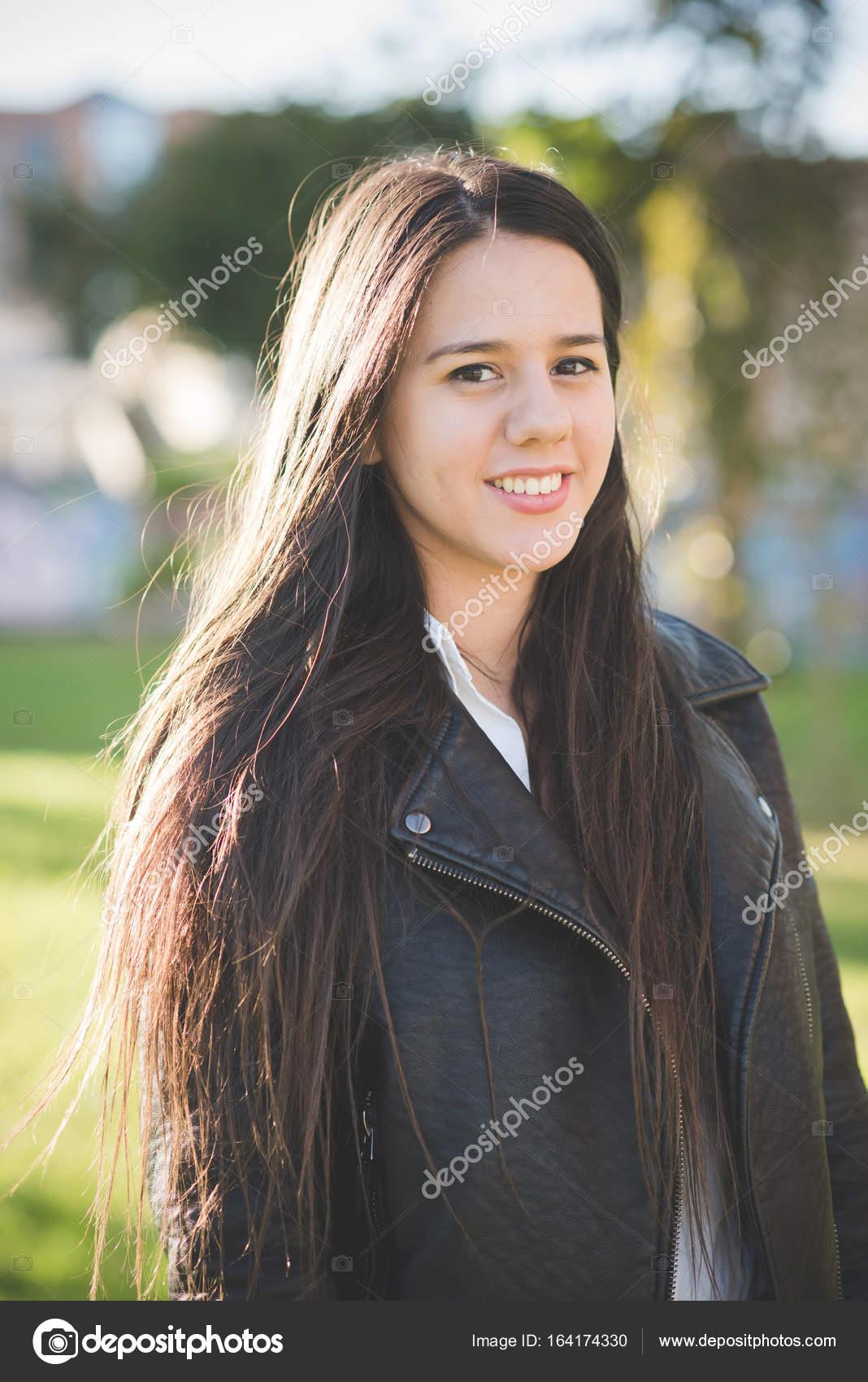 Junge Schöne Lange Haare Frau In Der Stadt Stockfoto