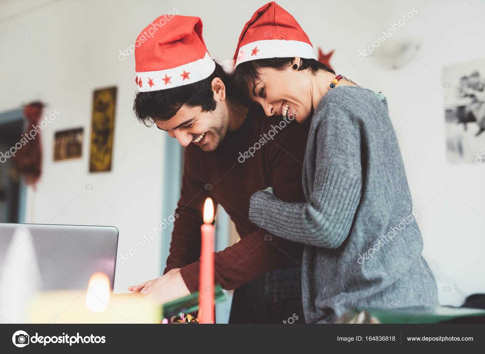 paar Umhüllung Weihnachtsgeschenk — Stockfoto © peus #164836818