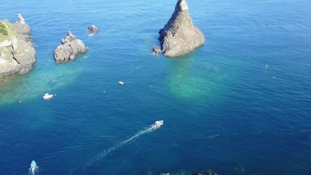 Vista aerea dellisola di lachea Acitrezza, Riviera dei Ciclopi, in Sicilia