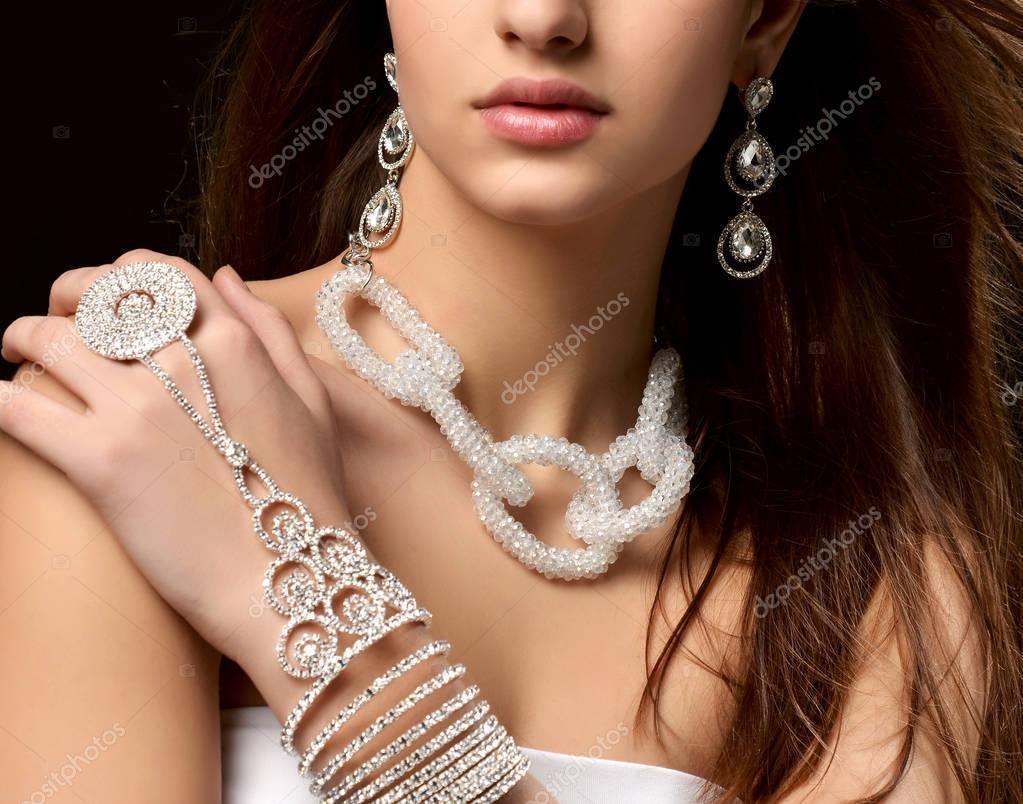 Närbild porträtt av ung brunett kvinna med vintage silver diamantörhängen  hänge och kedja smycken halsband på svart bakgrund — Foto av ... a7e04c130a238