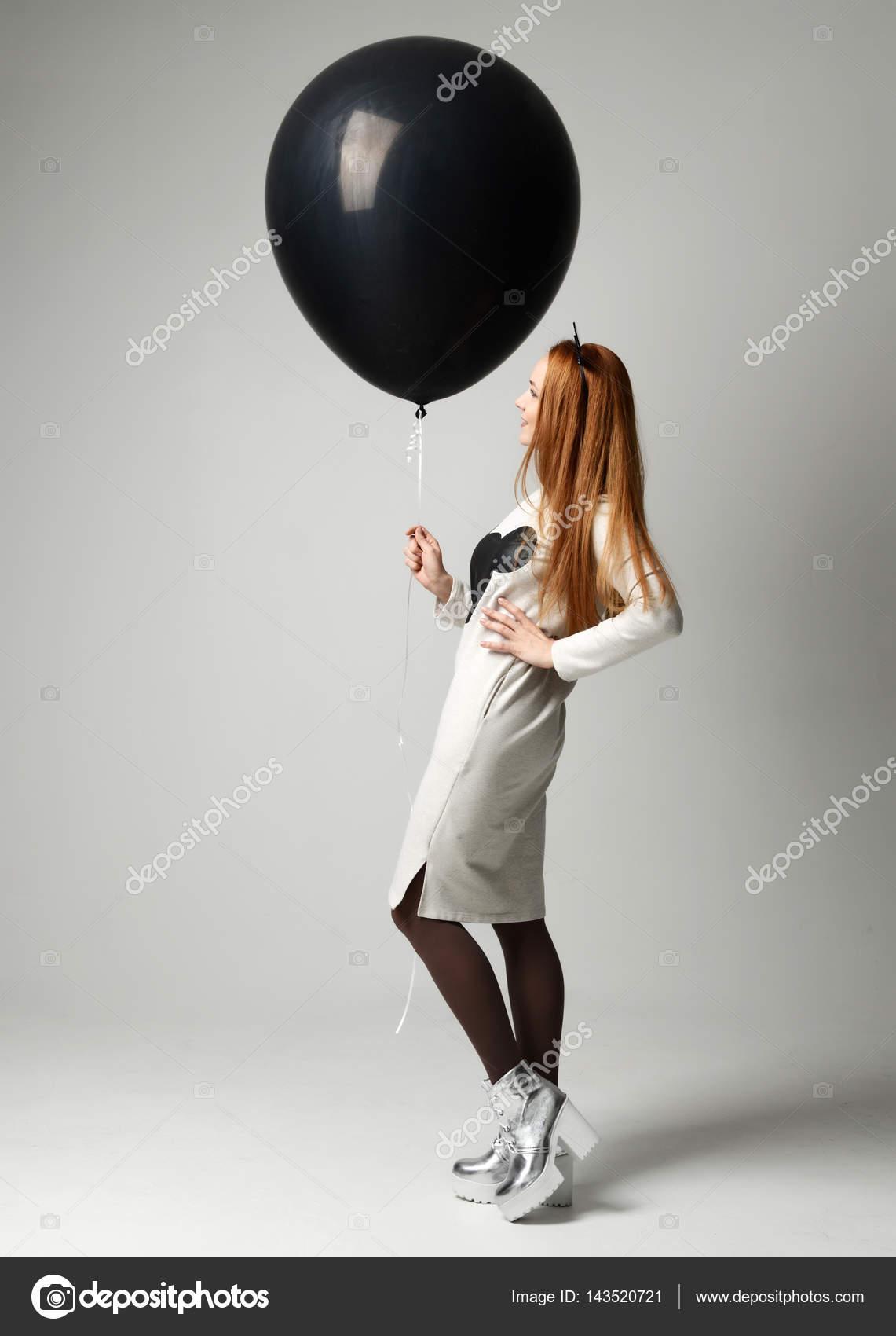 Glückliche Mädchen Mit Riesigen Großen Schwarzen Ballon Als