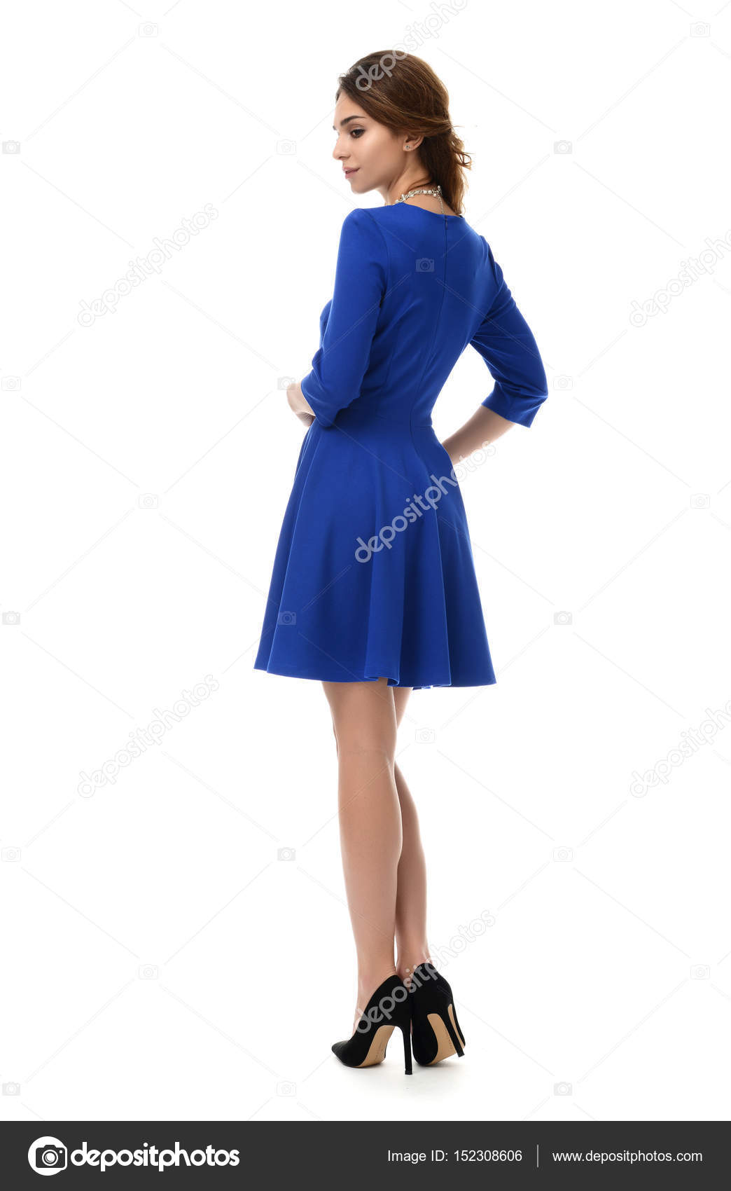 846a70be17e21b Brunette vrouw permanent achteruit poseren in nieuwe mode lichaam blauw–  stockafbeelding