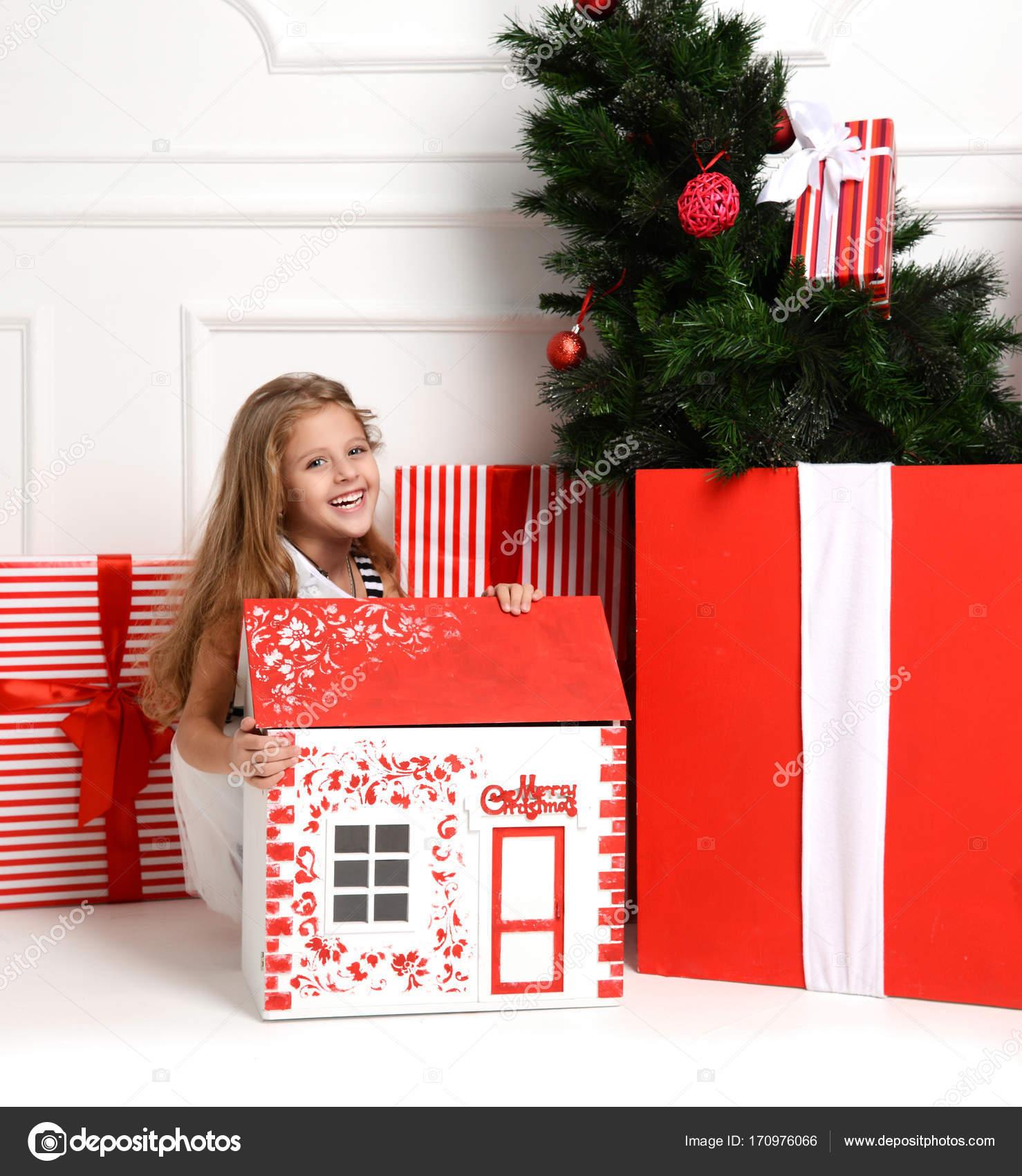 Bebe Nina Nino Jugando Con La Casa De Navidad Rojo En La Sala De