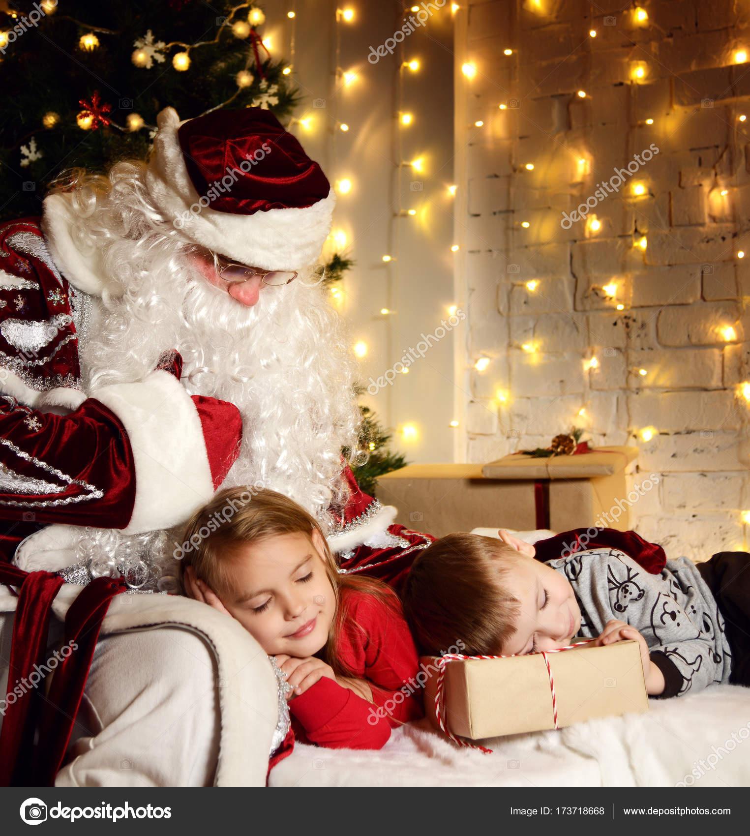 Foto Di Natale Con Bambini.Babbo Natale Con Bambini Svegli Ragazzino E Ragazza Vicino