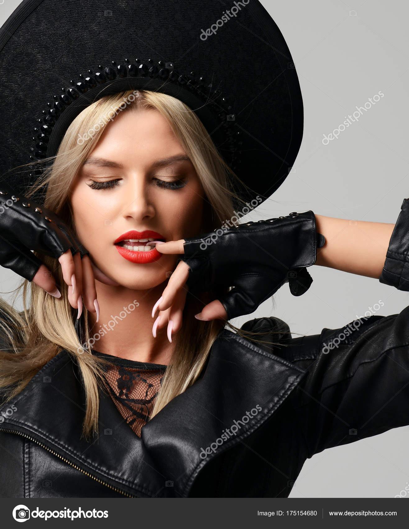 c0eccb430556 Πορτρέτο της υψηλής μόδας γοητείας ρωσική γυναίκα όμορφη ξανθιά μαλλιά σε  μοντέρνο καπέλο σε μαύρο δερμάτινα γάντια και σακάκι φόντο — Εικόνα από ...