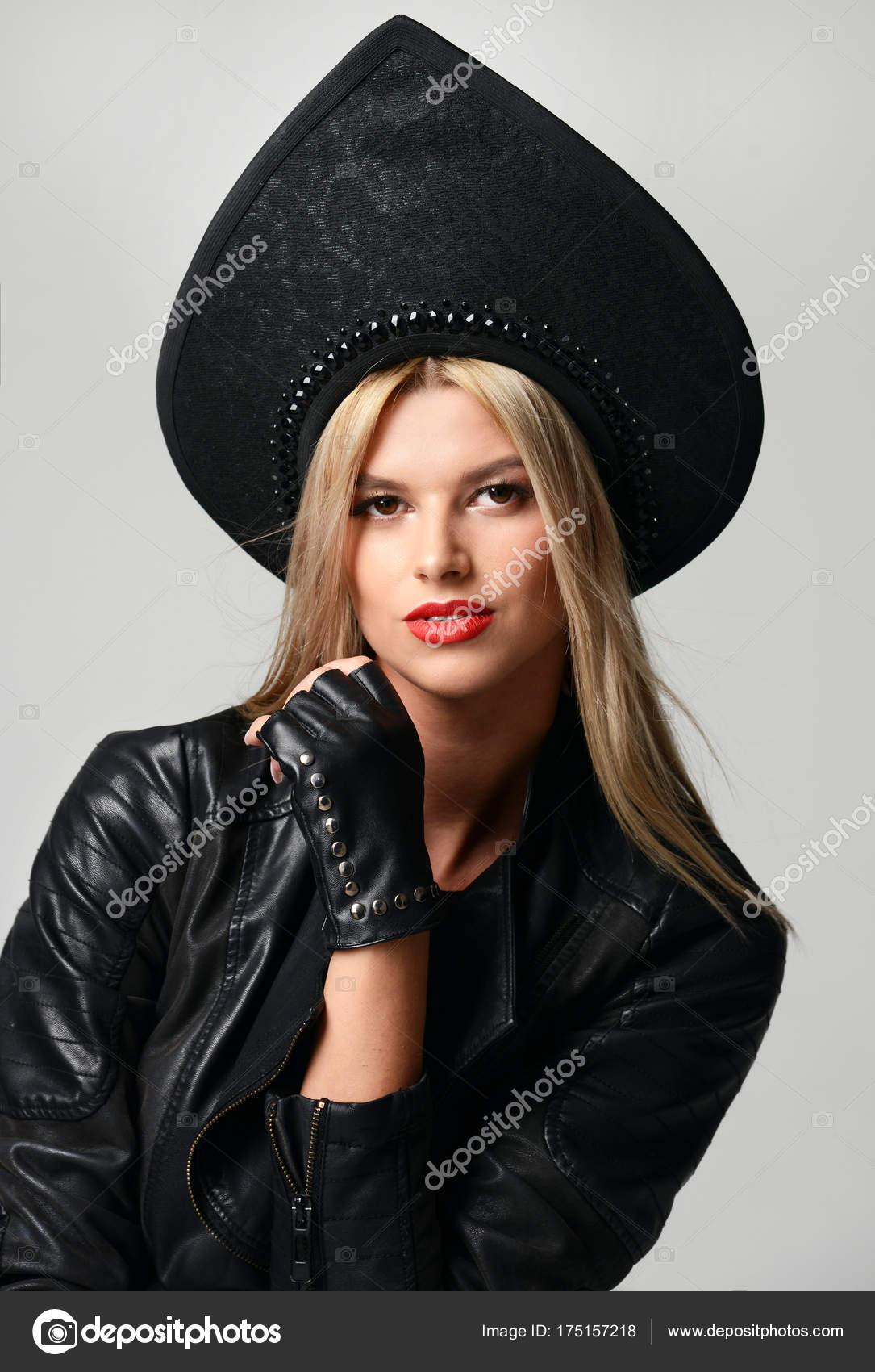 4ffe50706ae9 Πορτρέτο του αίγλη υψηλή μόδα όμορφη ξανθιά μαλλιά ρωσικό στυλ γυναίκα στη  σύγχρονη καπέλο σε μαύρο δερμάτινα γάντια και σακάκι φόντο — Εικόνα από ...