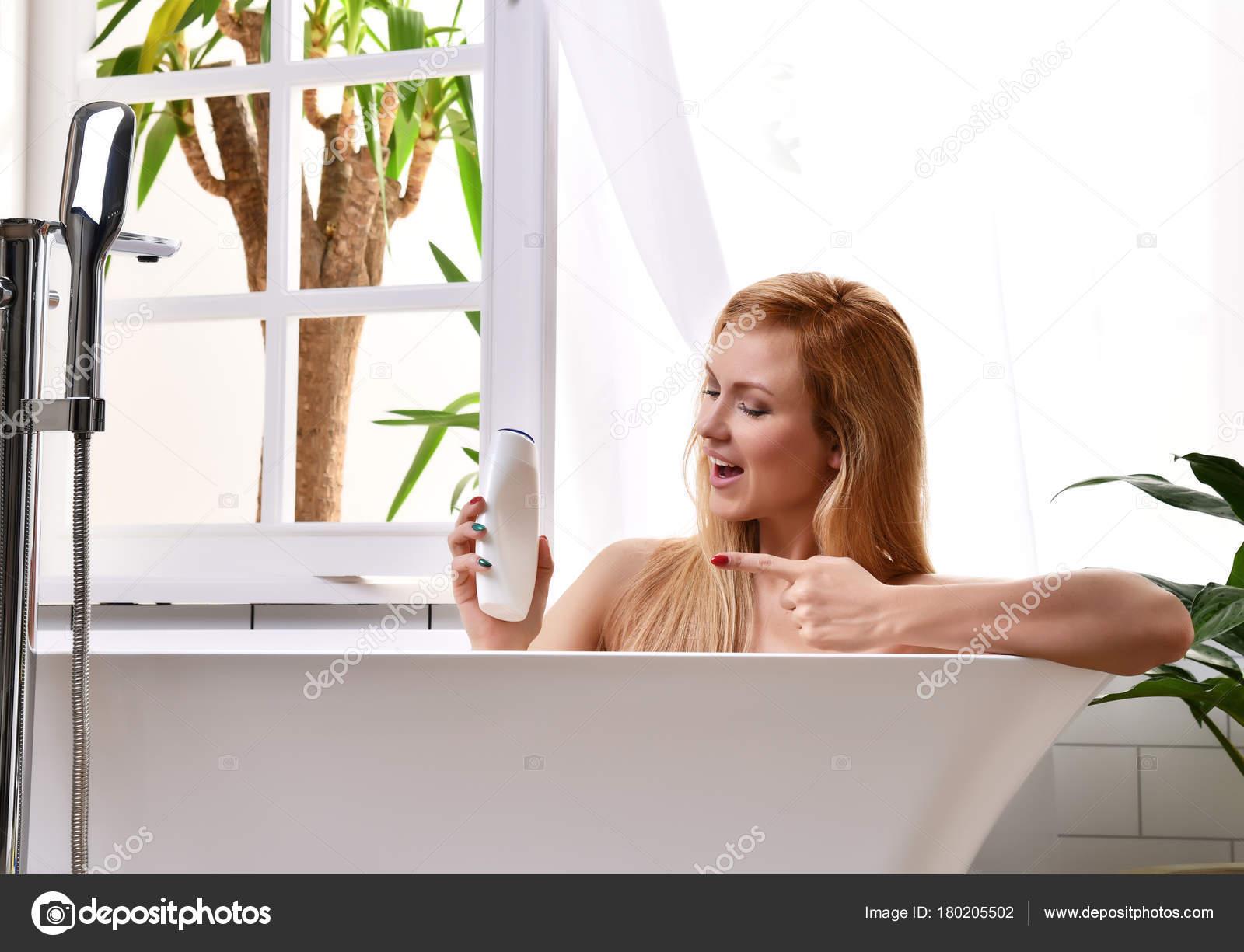 Bagni Con Doccia Alla Finestra : Donna che si trova a fare il bagno vasca da bagno vicino alla mano