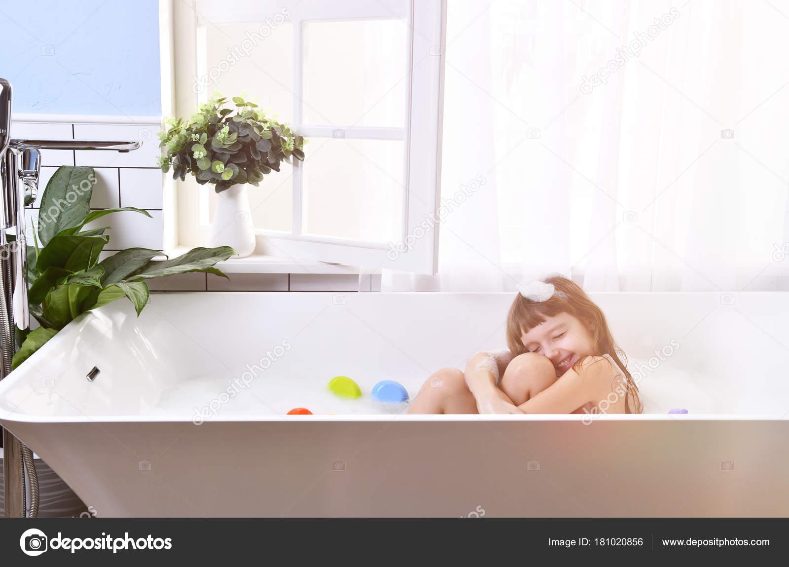 Vasche Da Bagno Nella Jacuzzi : Piccola neonata felice che si siede nella vasca da bagno in bagno