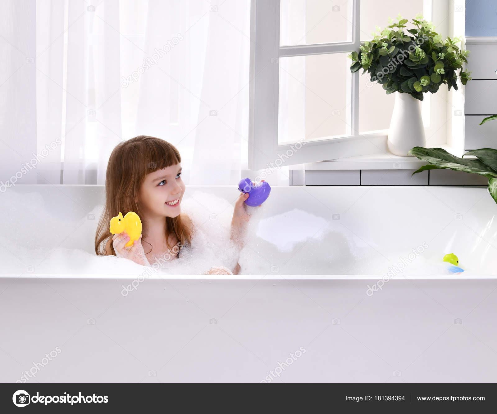 Carrelage Mural Salle De Bain Frazzi ~ Petite Fille Heureux Assis Dans La Baignoire Jouant Avec Des Jouets