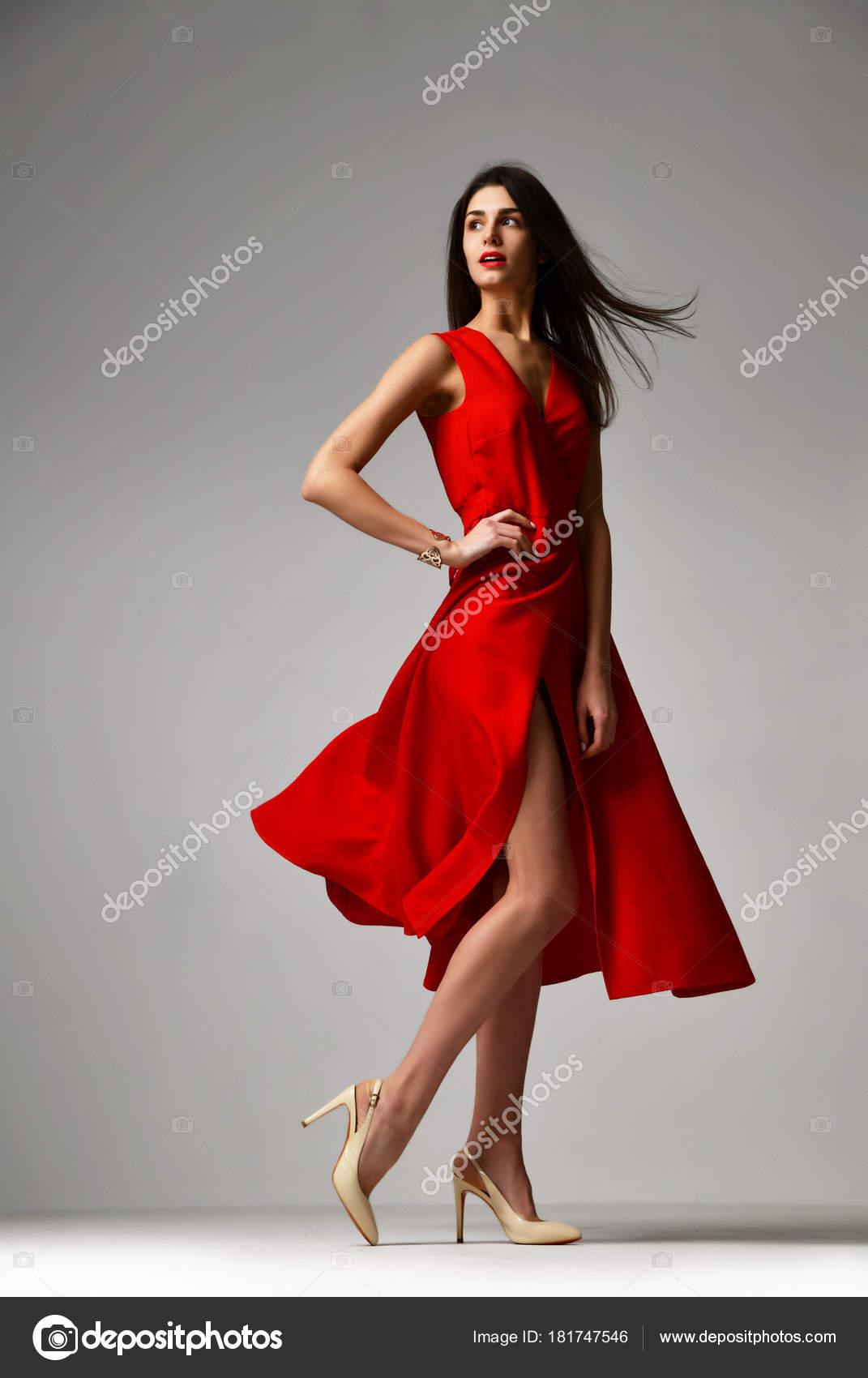 Vestido rojo zapatos grises