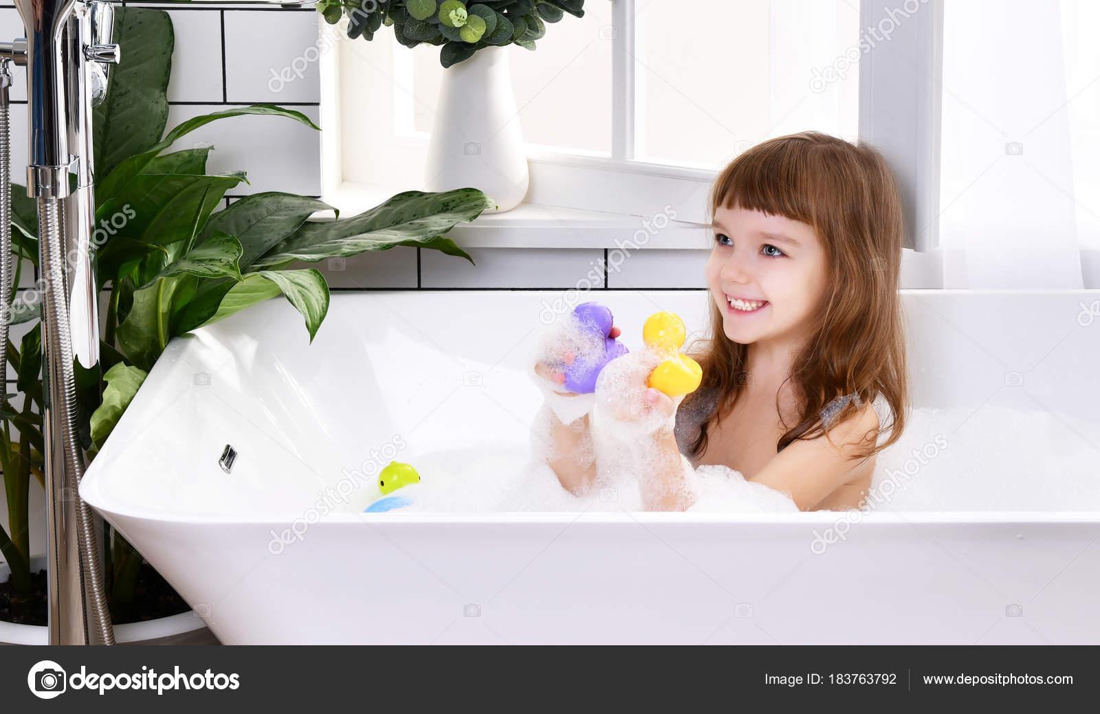 Bambino ragazza bambino felice che si siede nella vasca da ...
