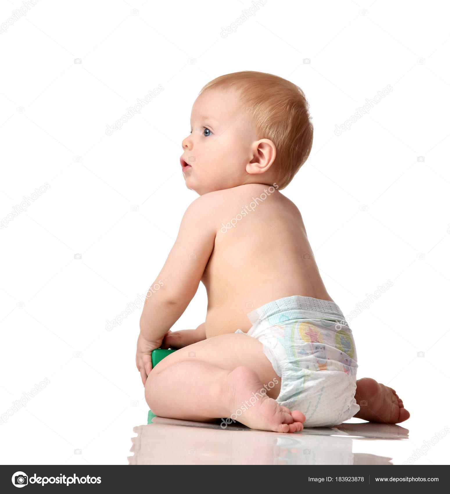 557d58ae79428 Jeune enfant bébé garçon jeune enfant assis nu en couches avec jouet de  brique verte en levant– images de stock libres de droits