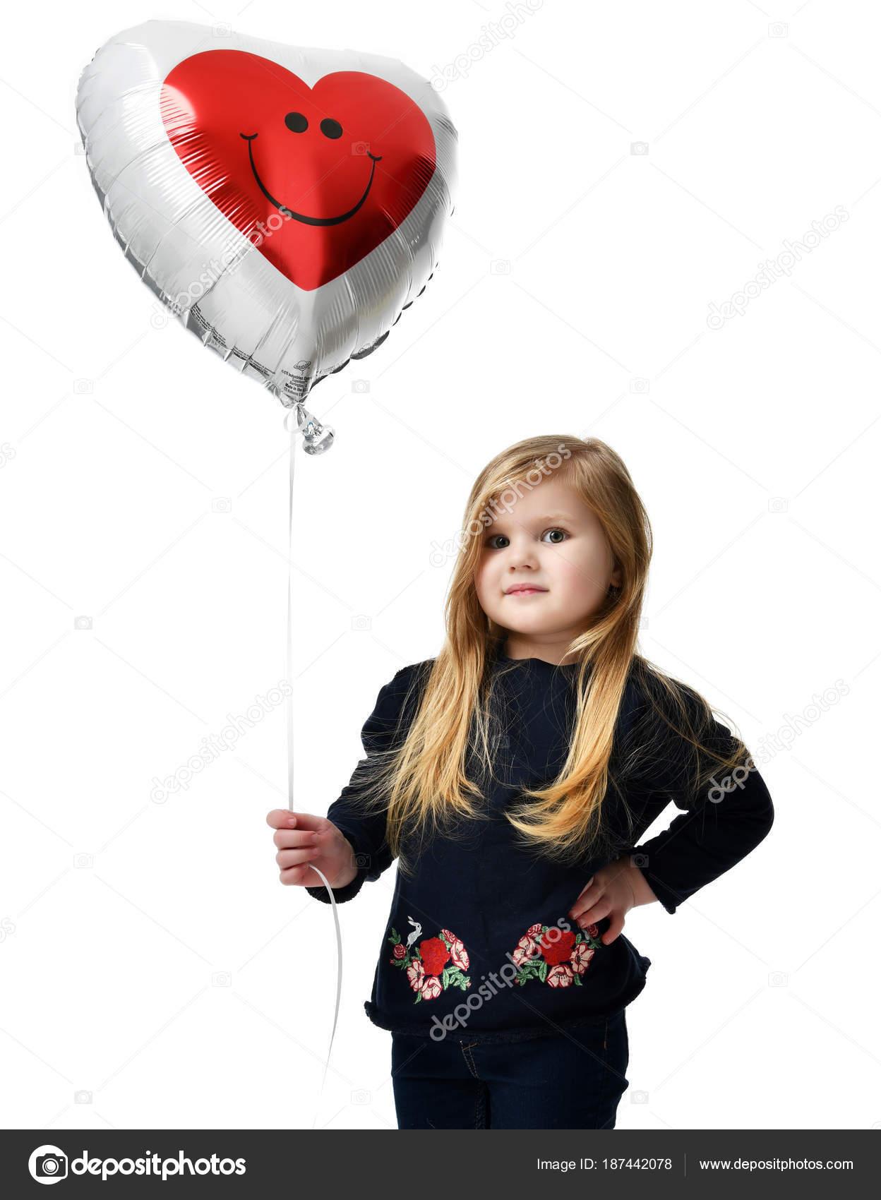 chevreau de la jeune fille avec gros coeur rouge ballon isol photographie dml5050 187442078. Black Bedroom Furniture Sets. Home Design Ideas