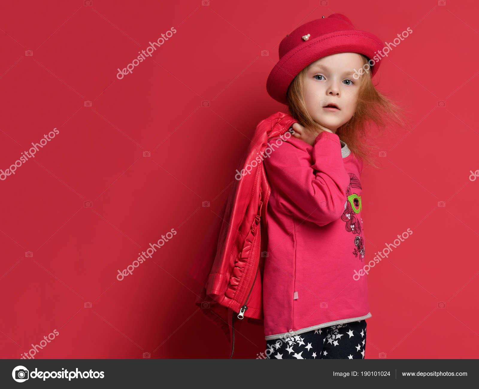 3acfd79943f Πέντε χρονών κορίτσι μωρό παιδί παιδί θέτοντας σε κόκκινο δερμάτινο μπουφάν  και καπέλο ουρλιάζοντας φωνάζοντας σε κόκκινο φόντο — Εικόνα από ...