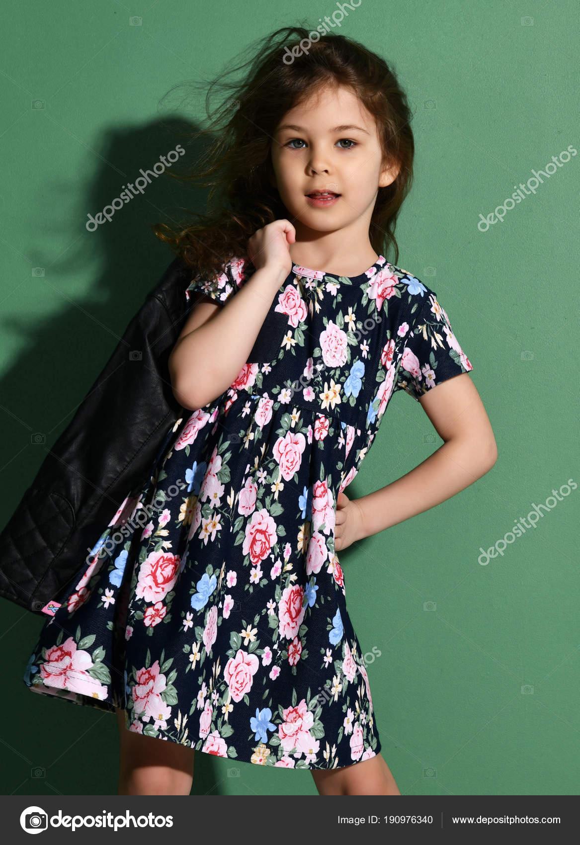 Mladý kluk pět let stará dívka pózuje v letních šatech na zelené– stock  obrázky bbd02e9db2