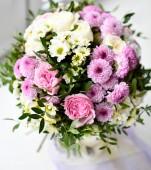 Bouquet di fiori di crisantemo gialli e viola su bianco