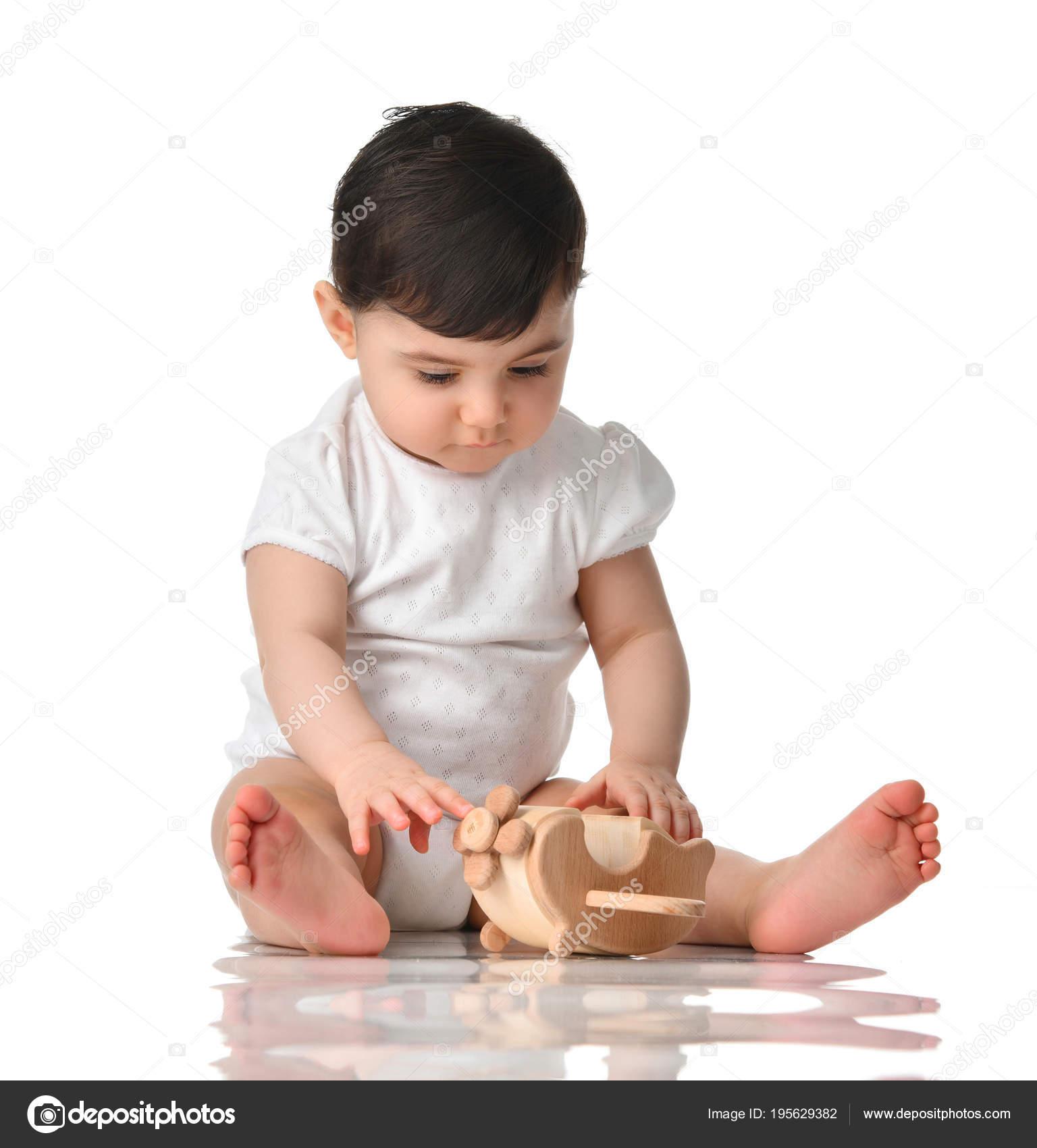 53b26ae0a0b2a 9 mois bébé Bébé fille bambin assis en chemise blanche avec voiture en bois  jouet isolée sur fond blanc — Image de ...