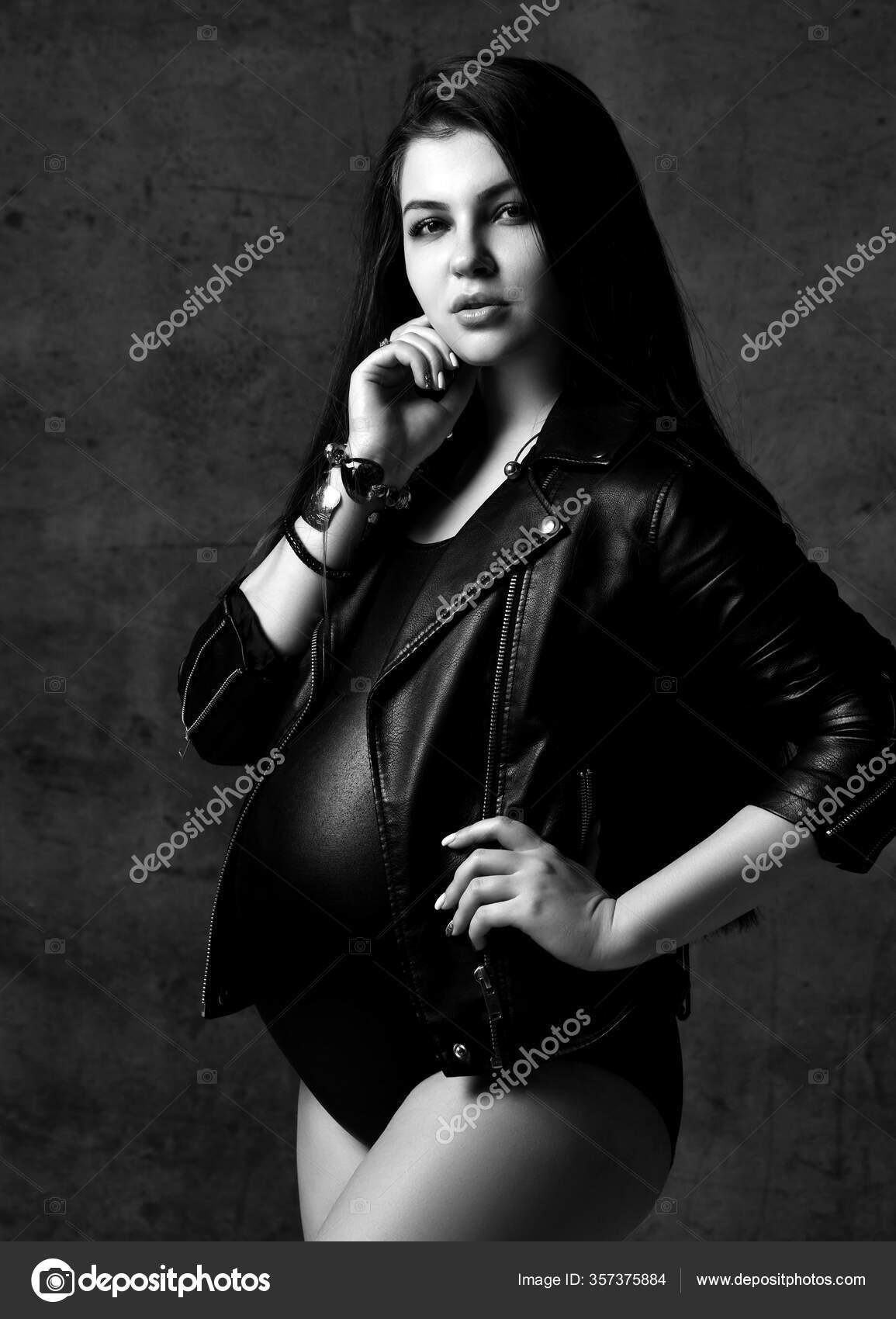 Junge schöne schlanke schwangere Frau mit langen Haaren in