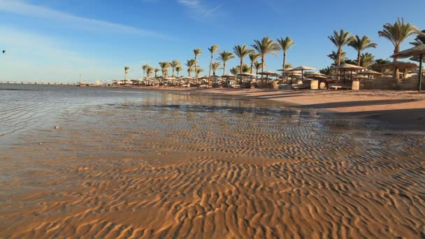 Odlivu na pláži při západu slunce. Egypt