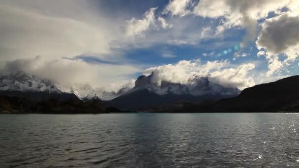 Jezero Pehoe za úsvitu. Torres del Paine, Chile