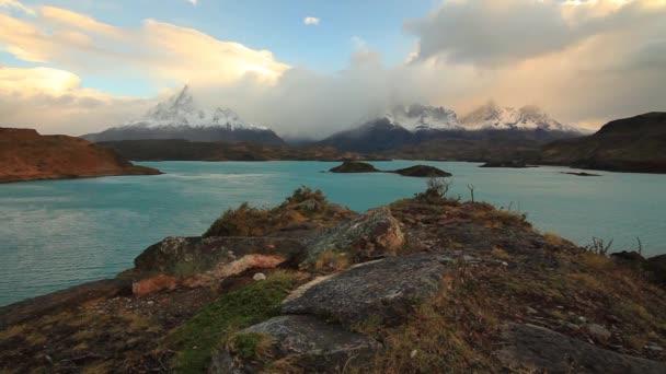 Dramatické svítání v Torres del Paine, Chile