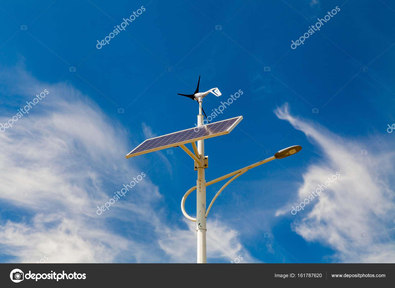 Opere di illuminazione stradale da pannelli solari e generatori