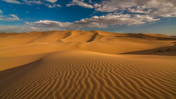 Západ slunce nad písečných dun v poušti
