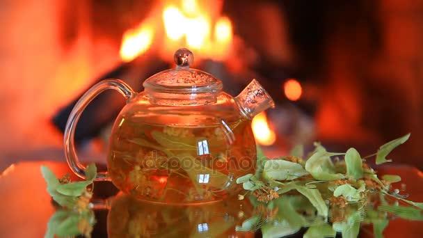 Čajník s vápnem čaj u krbu