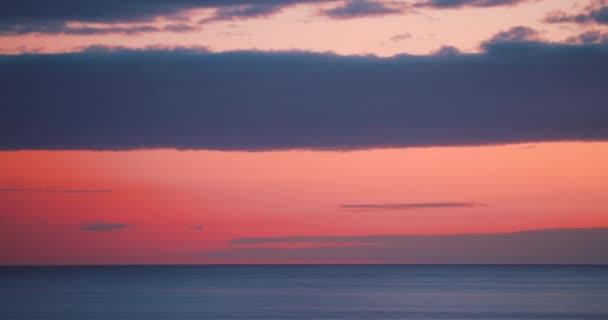 Sonnenuntergang am Strand. Dämmerungshorizont über dem Meerwasser. Schöne Naturlandschaft im Sonnenaufgang. Blauer, roter Sommerhintergrund. Orangefarbenes Licht, Wolken. Sonnenlicht, Meereslandschaften, Wellen. Szene aus dem Küstenblick. Szenisches Abendsonnenlicht. Abstrakte farbenfrohe Morgendämmerung.