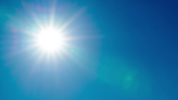 Jasné přirozené letní slunce pohybující se zcela čisté čisté modré nebe timelapse rychlý pohyb video záběry. Sluneční paprsky, sluneční paprsky, sluneční světlo krásné pěkné počasí meteorologie předpověď přírodního pozadí. Slunce světlo let nebe vzduch atmosféra