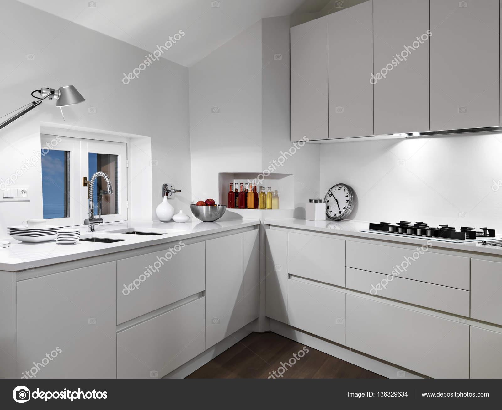 Vista all\'interno di una cucina moderna bianca — Foto Stock ...