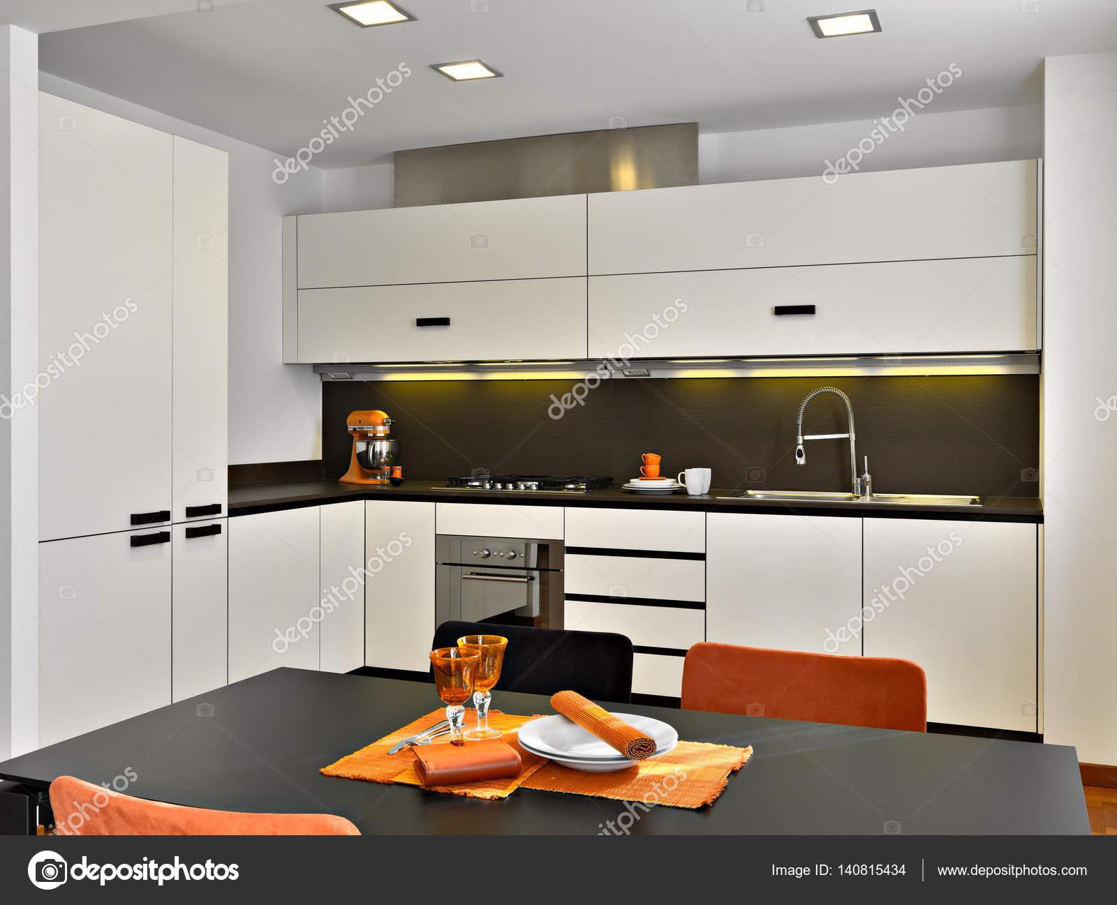 innenansicht einer modernen küche — Stockfoto © aaphotograph #140815434