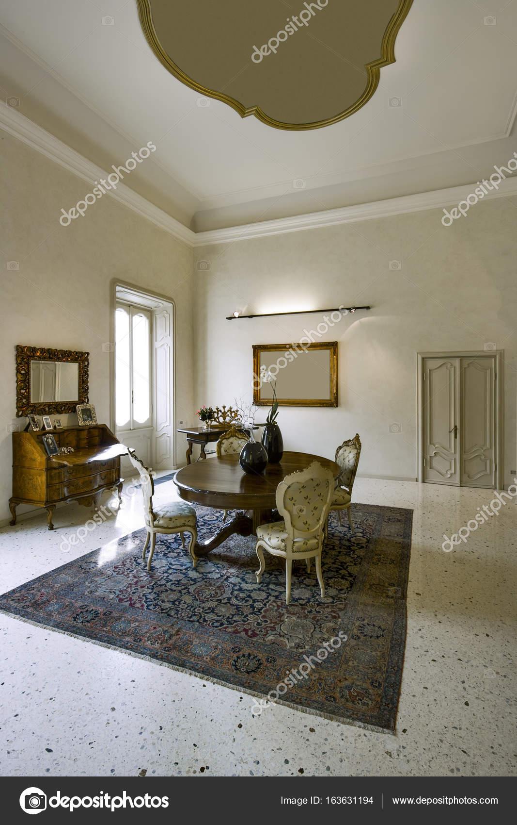 interieur shots van een oude woonkamer — Stockfoto © aaphotograph ...