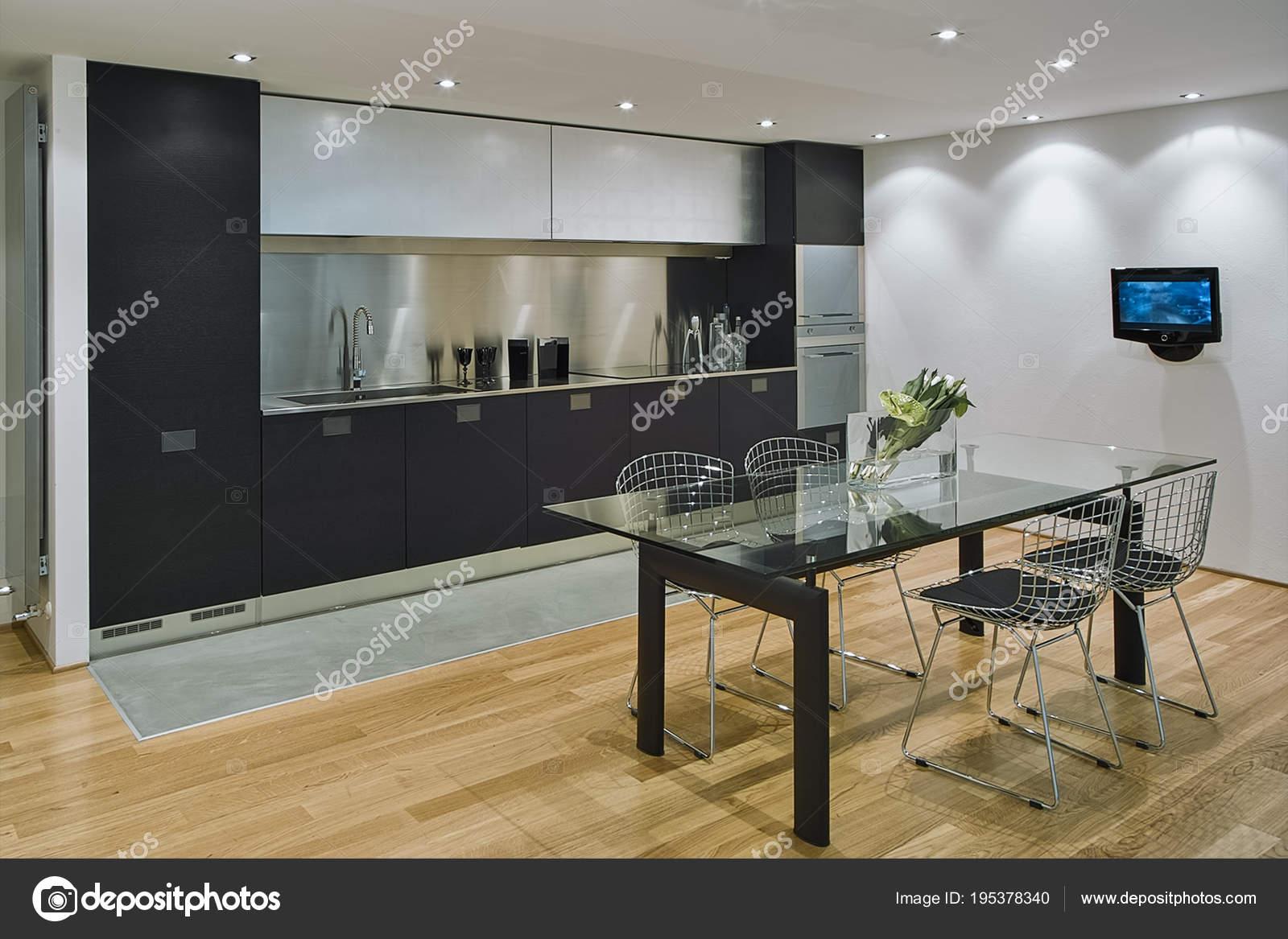Fußboden Aus Glas ~ Interieur aufnahmen einer modernen küche im vordergrund das glas