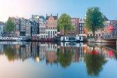 noční město pohled amsterodamského kanálu s holandskými domy