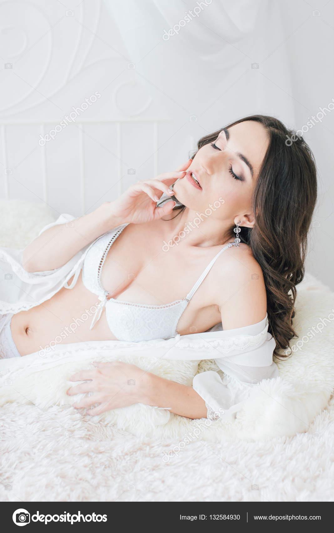 Красивая очень белая неглиже сексуальная