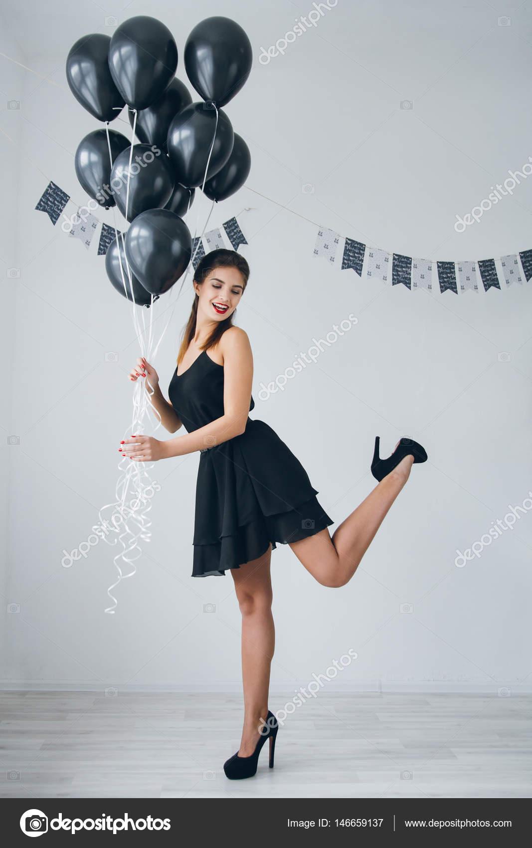 Ragazza in un vestito nero con palloncini neri foto - Immagine con palloncini ...