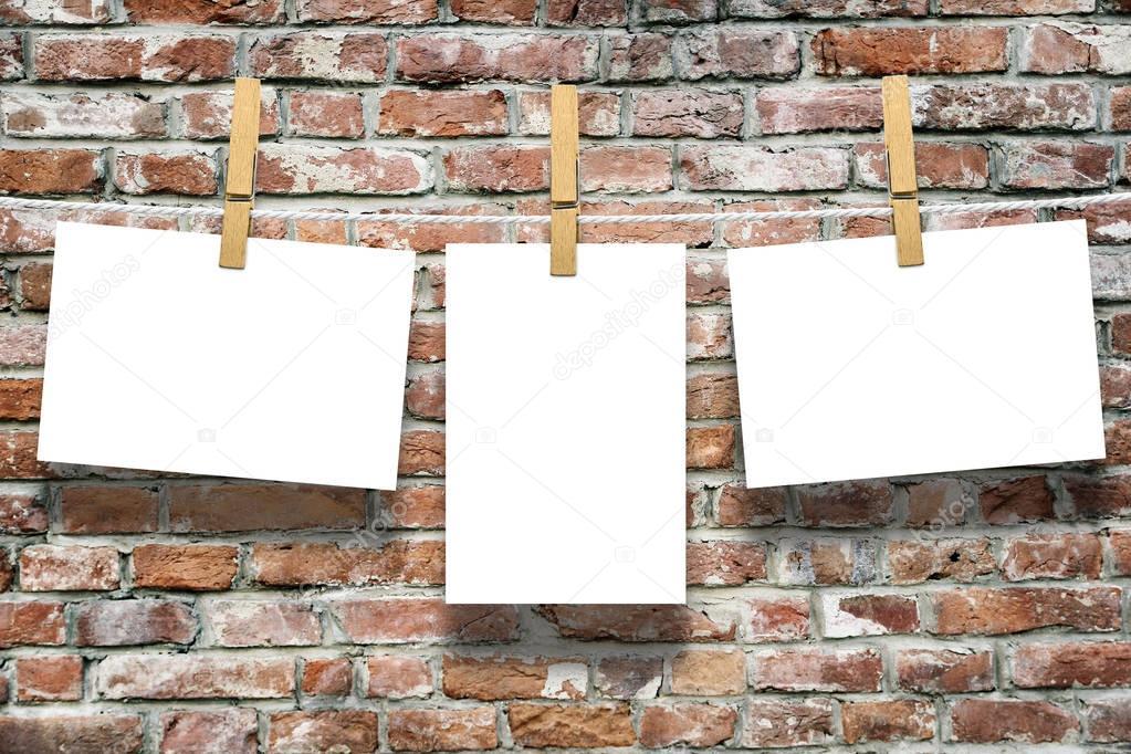 Cornici con perni sulla corda sopra il vecchio sfondo di muro di mattoni invecchiati foto - Cornici finestre in mattoni ...