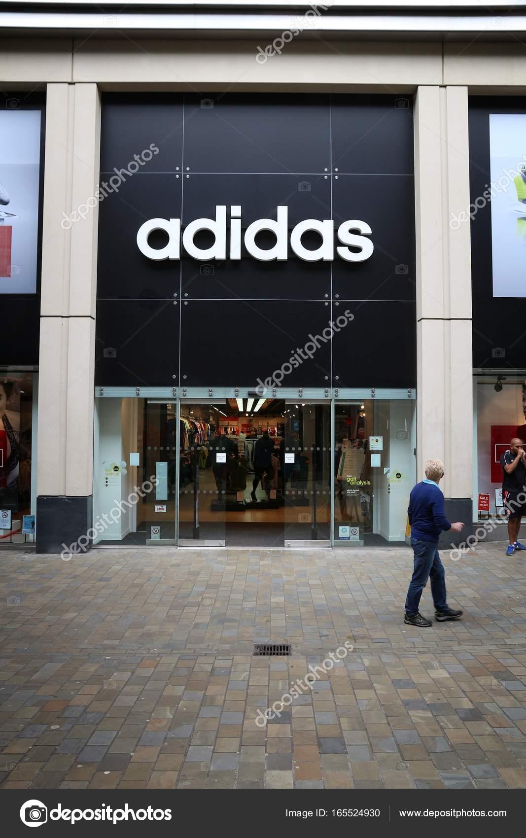 lavanda Globo Escribe un reporte  Adidas UK, United Kingdom – Stock Editorial Photo © tupungato #165524930