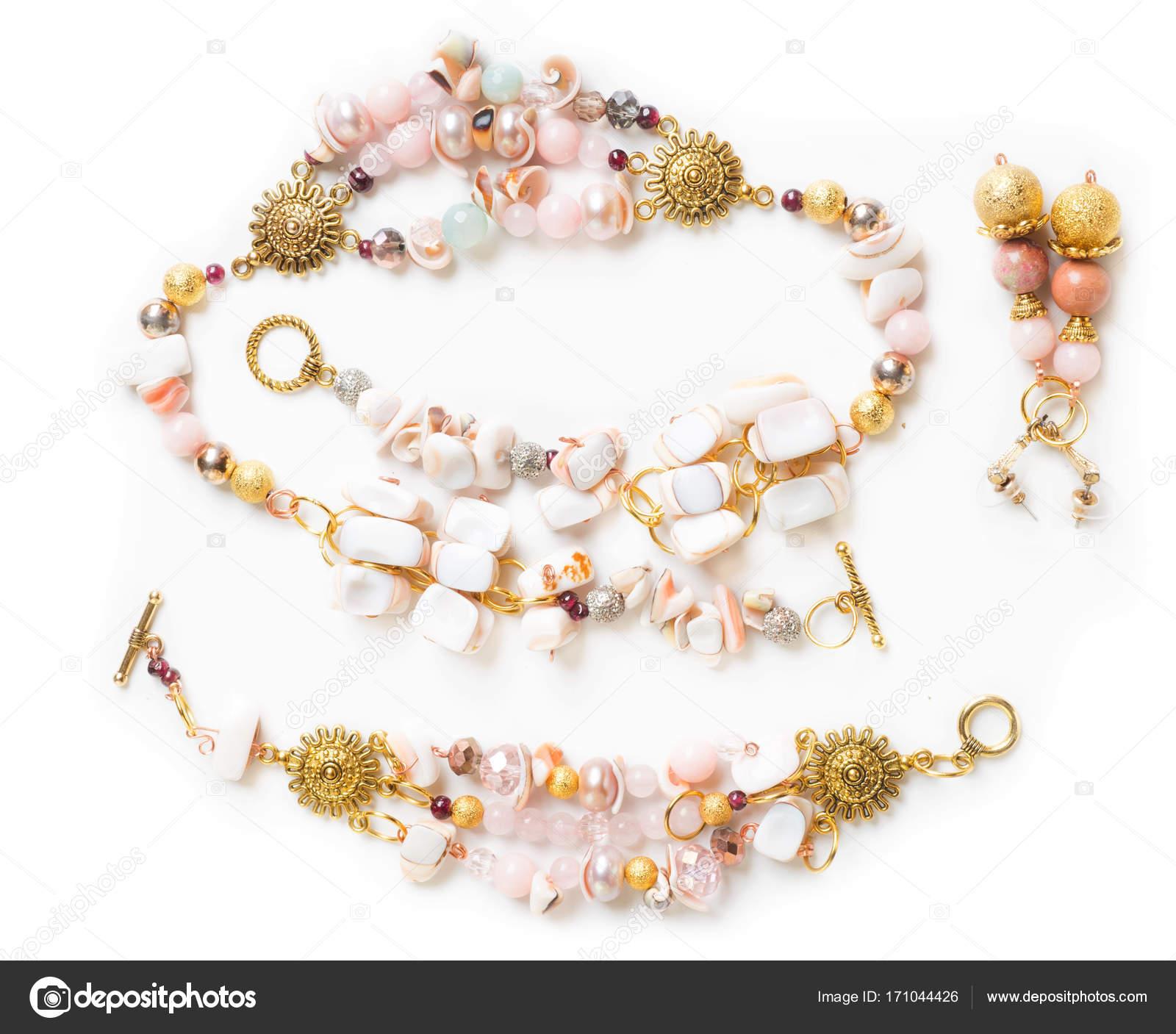 2b33dd79d271 Pulsera de oro y collar de cuarzo rosa y perlas y earringsat fondo blanco -  foto  collar de bisuteria — Foto de ...