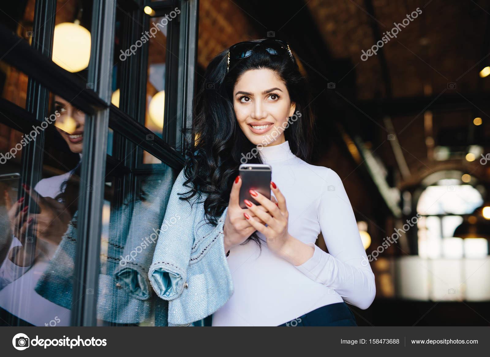 a46790ee9962fe Aantrekkelijke vrouw met donker haar