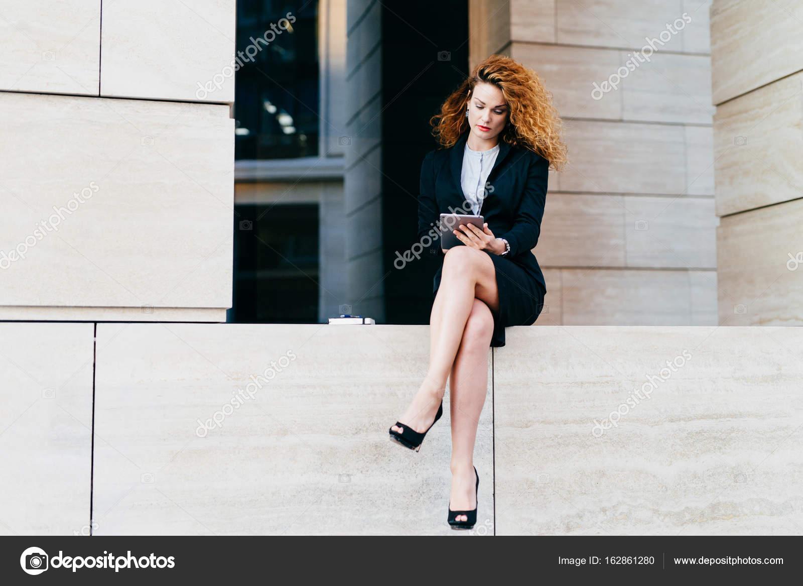Femme Des Avec Mannequin Cheveux Jeune BouclésPortant Costume vmNw80n