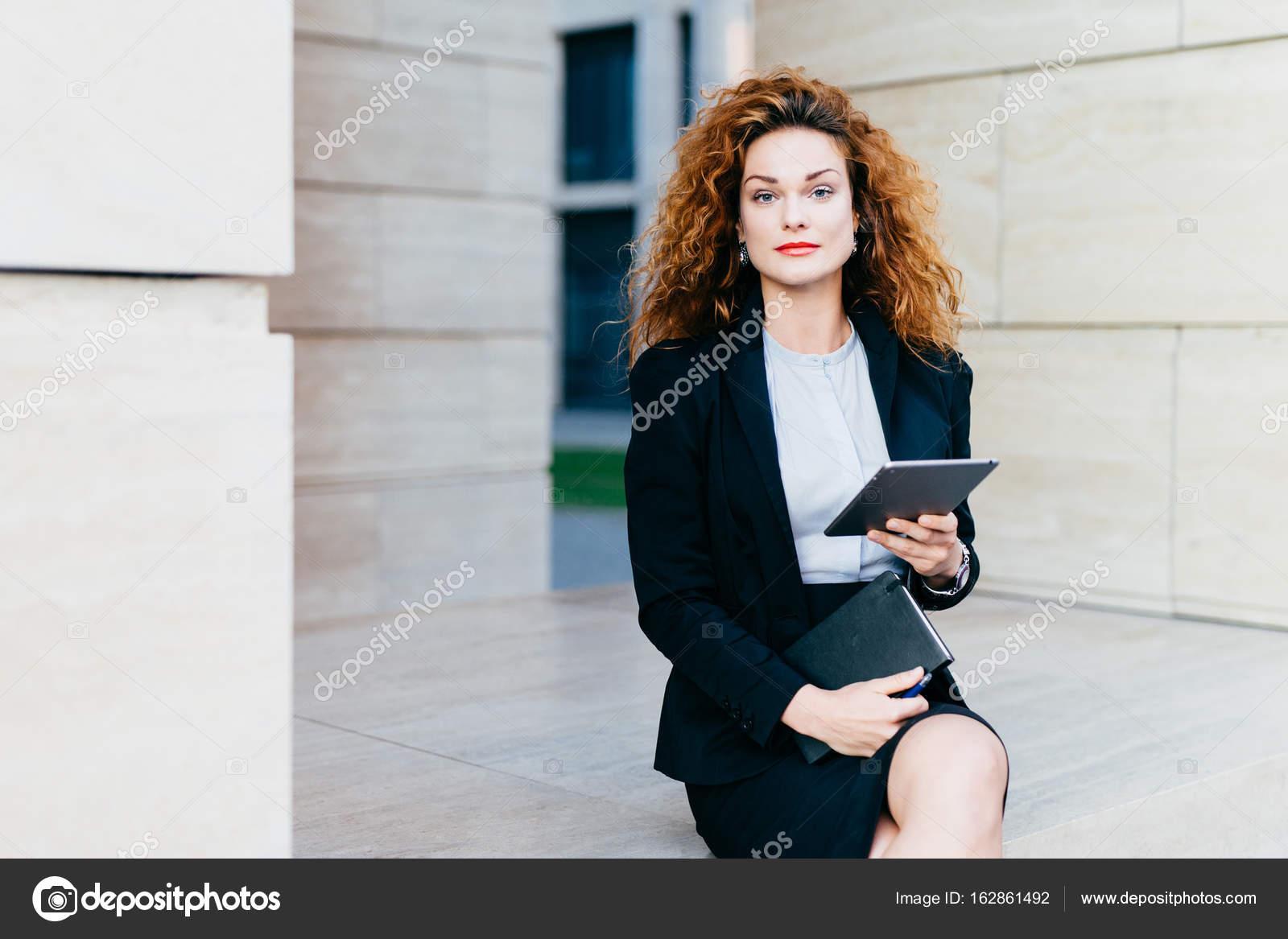 Vestito Elegante Ufficio : Ritratto di signora elegante vestito in camicia bianca giacca