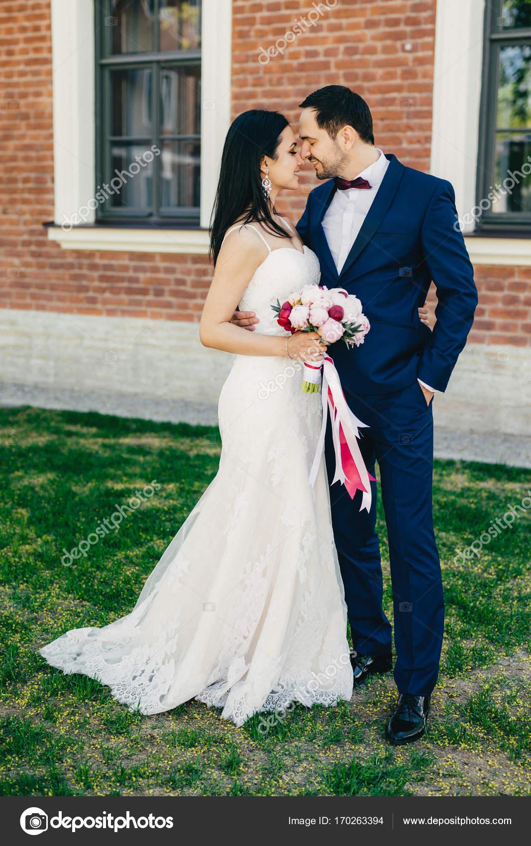 Liebevolle Hochzeit junges Paar geht zum küssen, glücklich, ihre ...