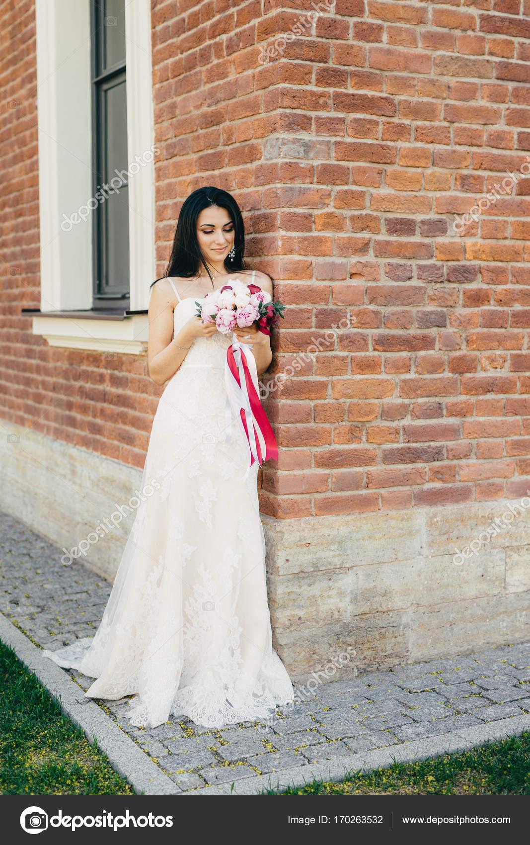 Nachdenklich Brünette Frauen Braut in schönen Hochzeitskleid ...