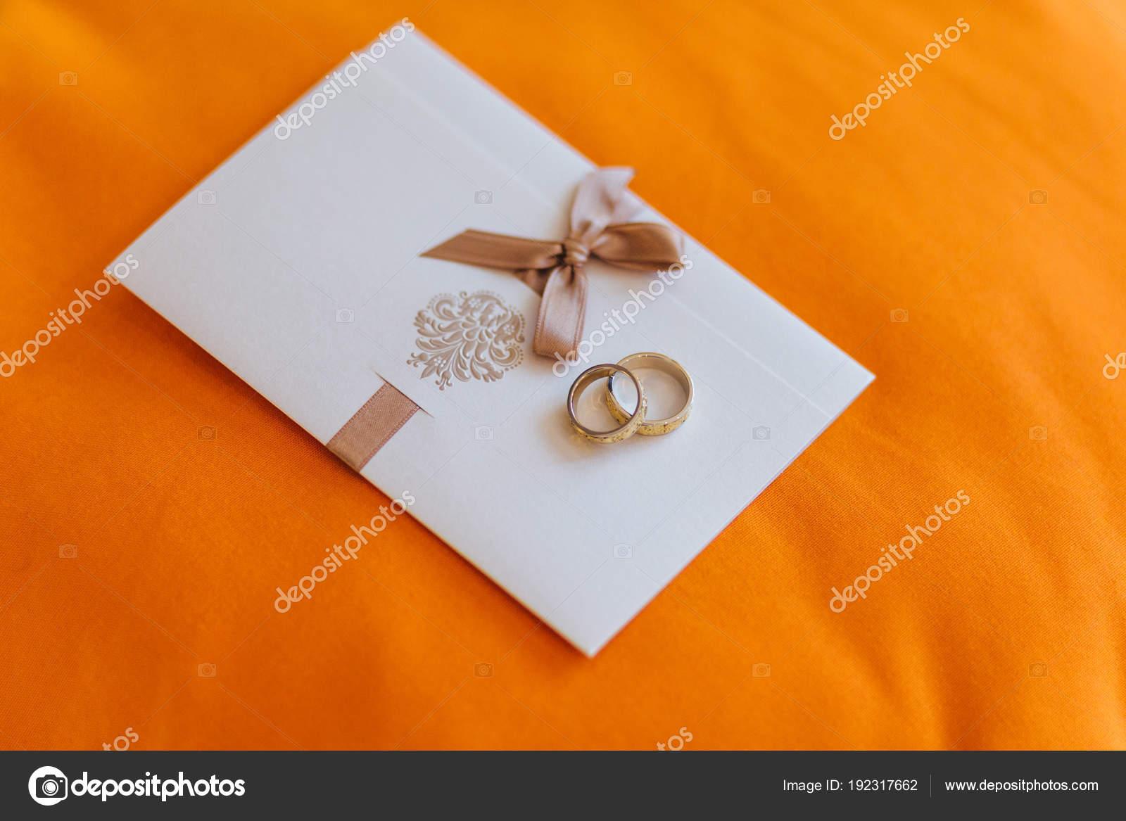 Hochzeitskonzept Goldene Hochzeit Ringe Liegen Auf Weisse