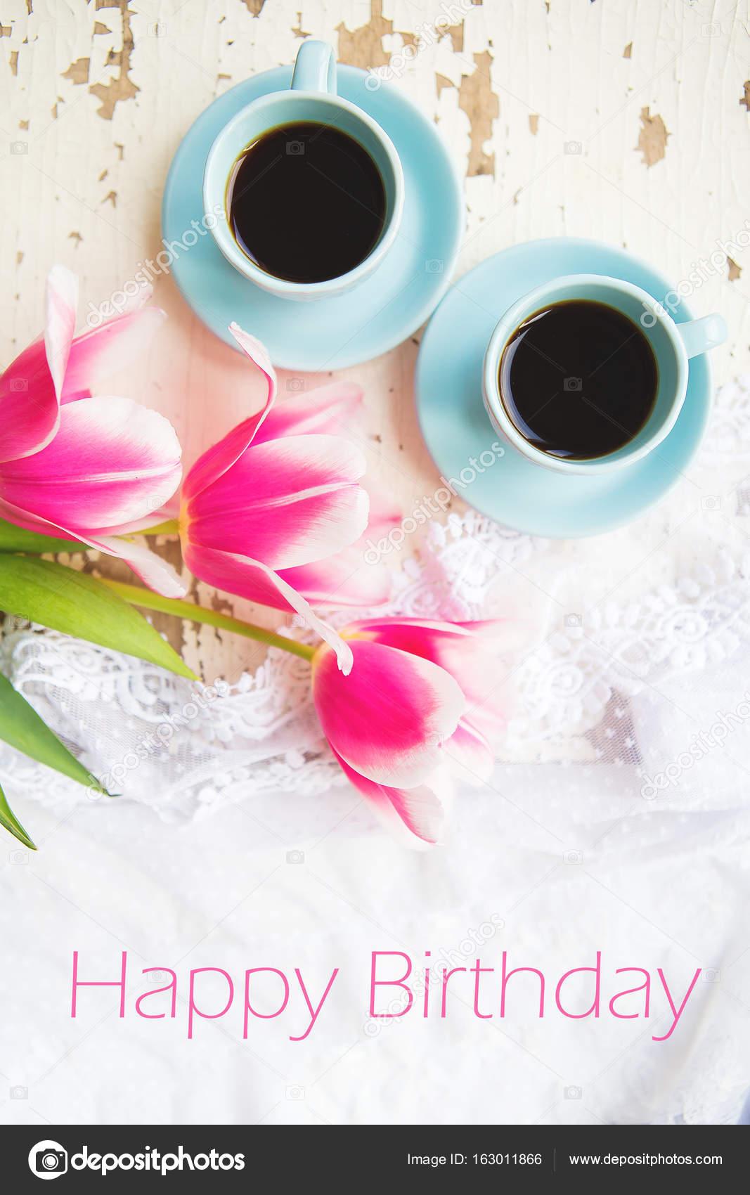skriva grattis två koppar kaffe och rosa tulpaner på gamla tabellen, skriva  skriva grattis